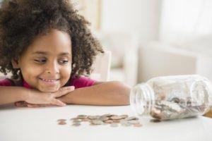 Crianças e finanças: como ensiná-las a lidar com dinheiro